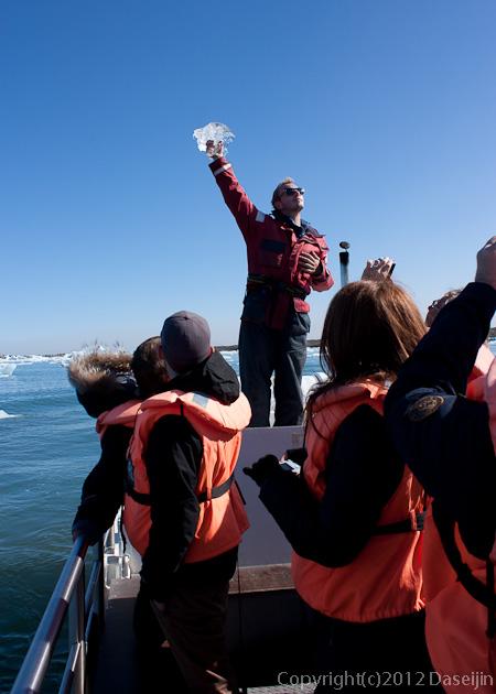 120807アイスランド、グリーンランドの旅・ヨークサゥルロゥン湖のガイドさん