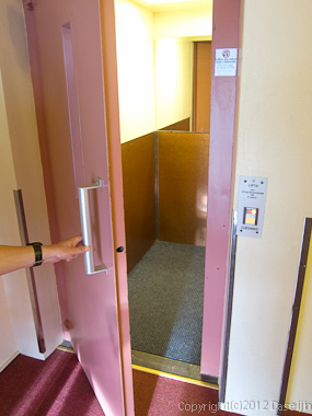 120810アイスランド、グリーンランドの旅・手前に開くエレベーター