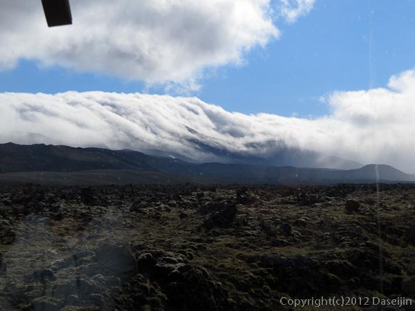 120809アイスランド、グリーンランドの旅・雲が山を越えてきます。