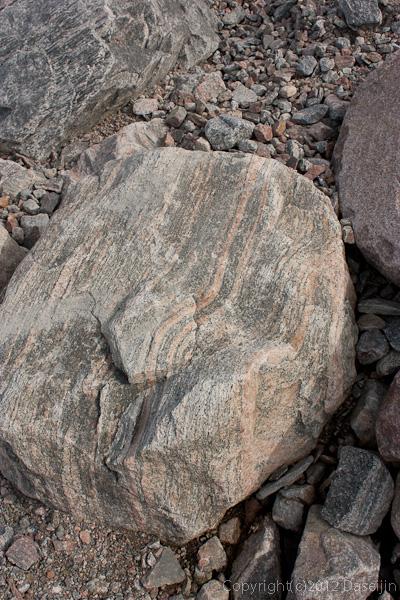 120813アイスランド、グリーンランドの旅・しましまの石が多い