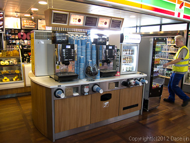 120817アイスランド、グリーンランドの旅・コペンハーゲン、空港コンビニのセルフサービスコーヒー売り場