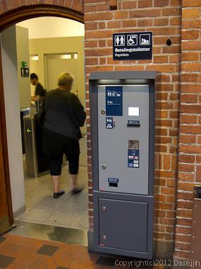 120816アイスランド、グリーンランドの旅・コペンハーゲン駅のトイレ
