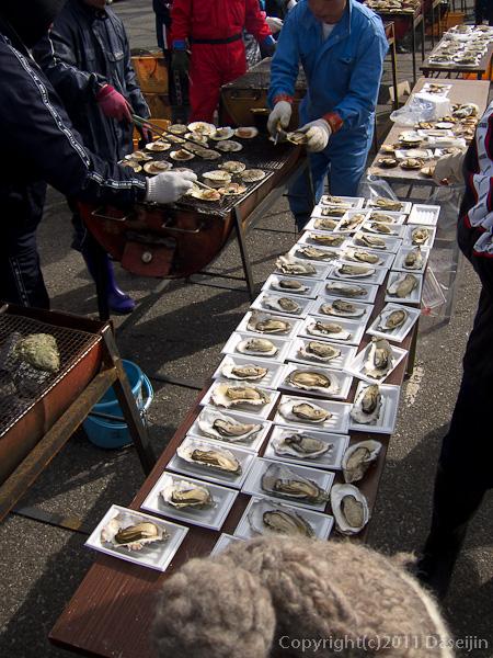 120318唐桑復興祭・牡蠣やホタテを焼く