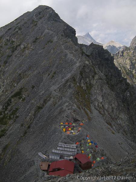 120921北穂前尾根・穂高岳山荘を見下ろす