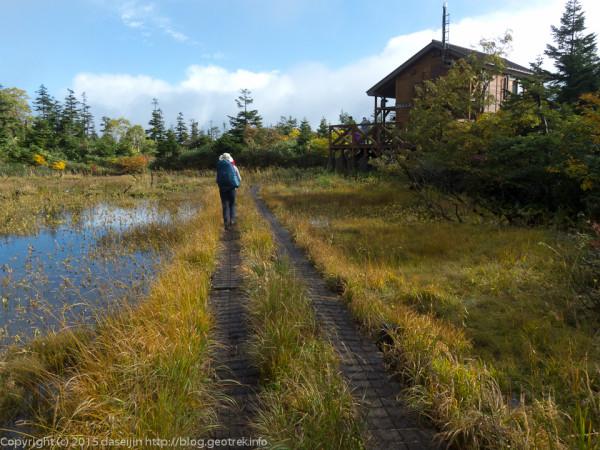 湿原の中の三ツ石山荘
