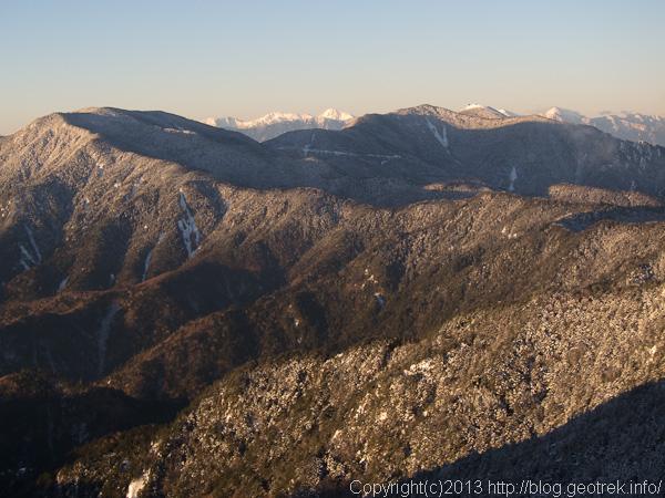 国師岳、金峰山の稜線と南アルプス