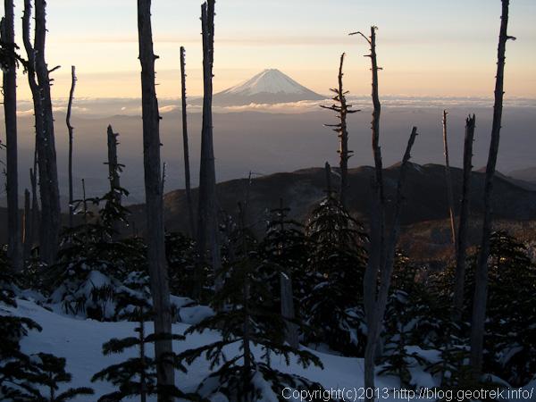 国師岳の肩から早朝の富士山