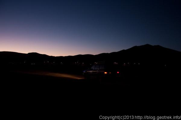 130905ボリビア、ウユニ塩湖に向けて夜明けのサンフアンを発つ