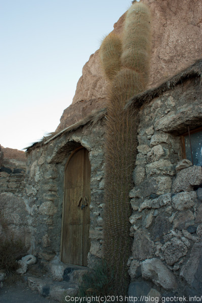 130905ボリビア、ウユニ塩湖のインカワシ島の小屋