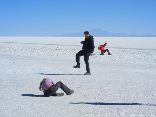 130905ウユニ塩湖、トリック写真を撮る