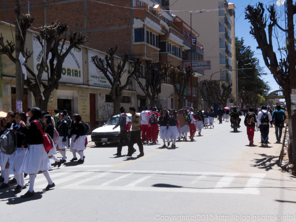 130906ボリビア、オルーロの街、学生が多い