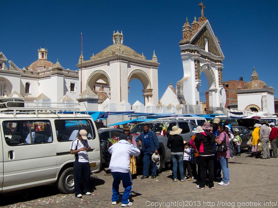 130907ボリビア、コパカバーナのカテドラルの前で