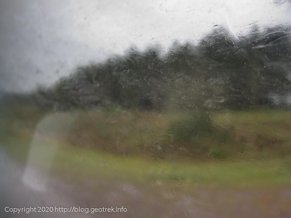130826 プエルトイグアスへの雨に濡れる道