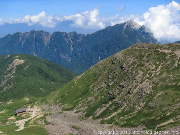20130811仙丈岳山頂から仙丈小屋と甲斐駒が岳