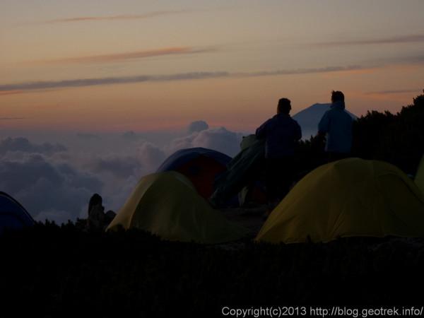 20130813北岳の日の出をまつ人々
