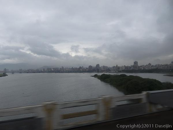 120313台北・淡水河橋から台北市街