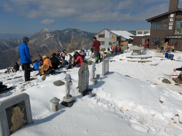 にぎわう塔ノ岳山頂