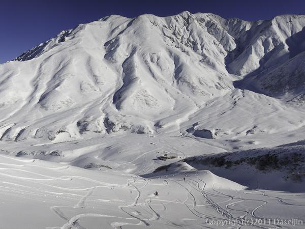 111126立山スキー・雷鳥平に滑り下りる