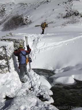 111126立山スキー・称名川を渡る