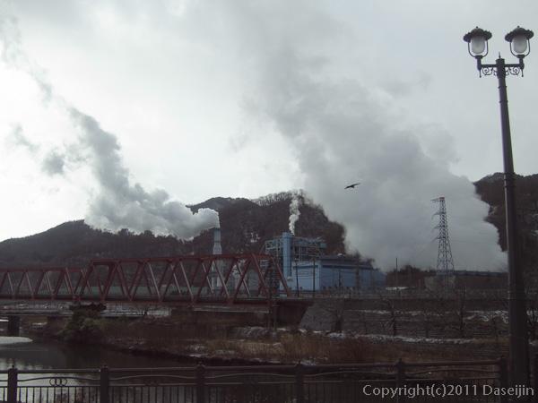 120212遠野ボランティア・新日鉄釜石のガレキを燃やす煙
