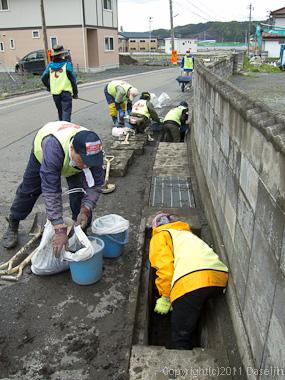 120511ボランティア・大槌町で側溝清掃