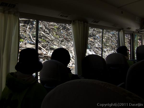 120513ボランティア・道路に壁のように迫るガレキの山
