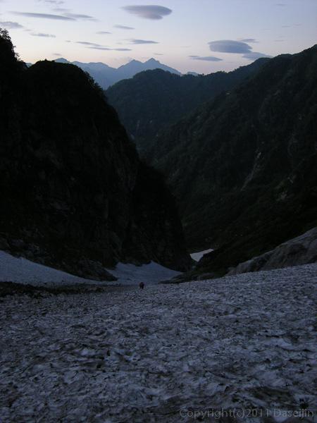 110815夜明けの長次郎雪渓を振り返る