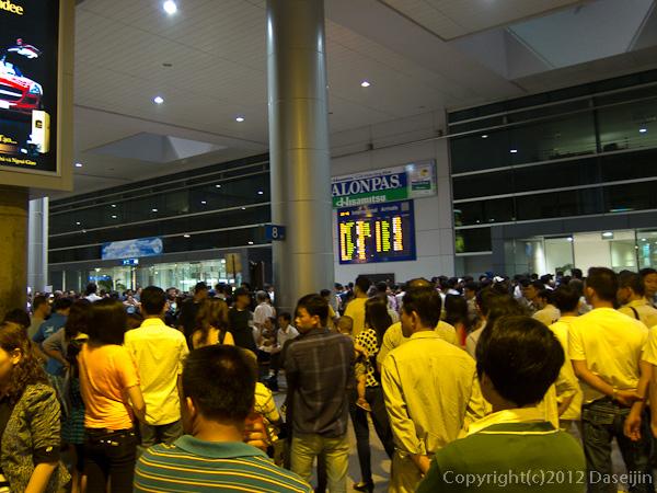 121113ベトナム・空港を出る