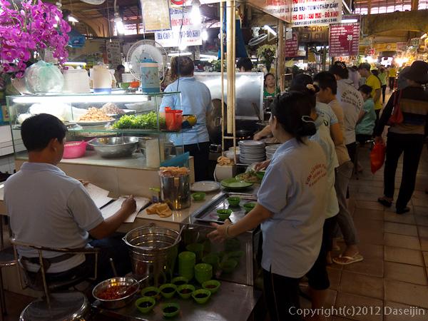121117ベトナム・ベンタイン市場の飲食店